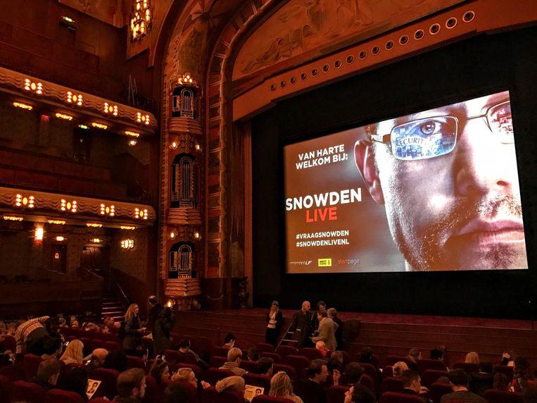 Aankondiging uitzending met Edward Snowden. Op het scherm is de acteur Joseph Gordon-Levitt te zien, die Snowden speelt in de film van Oliver Stone. Beeld