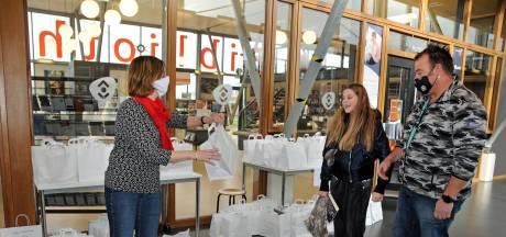 Alsof ze er de beste friet mayo van Zeeland verkopen: de afhaalbieb draait als een tierelier