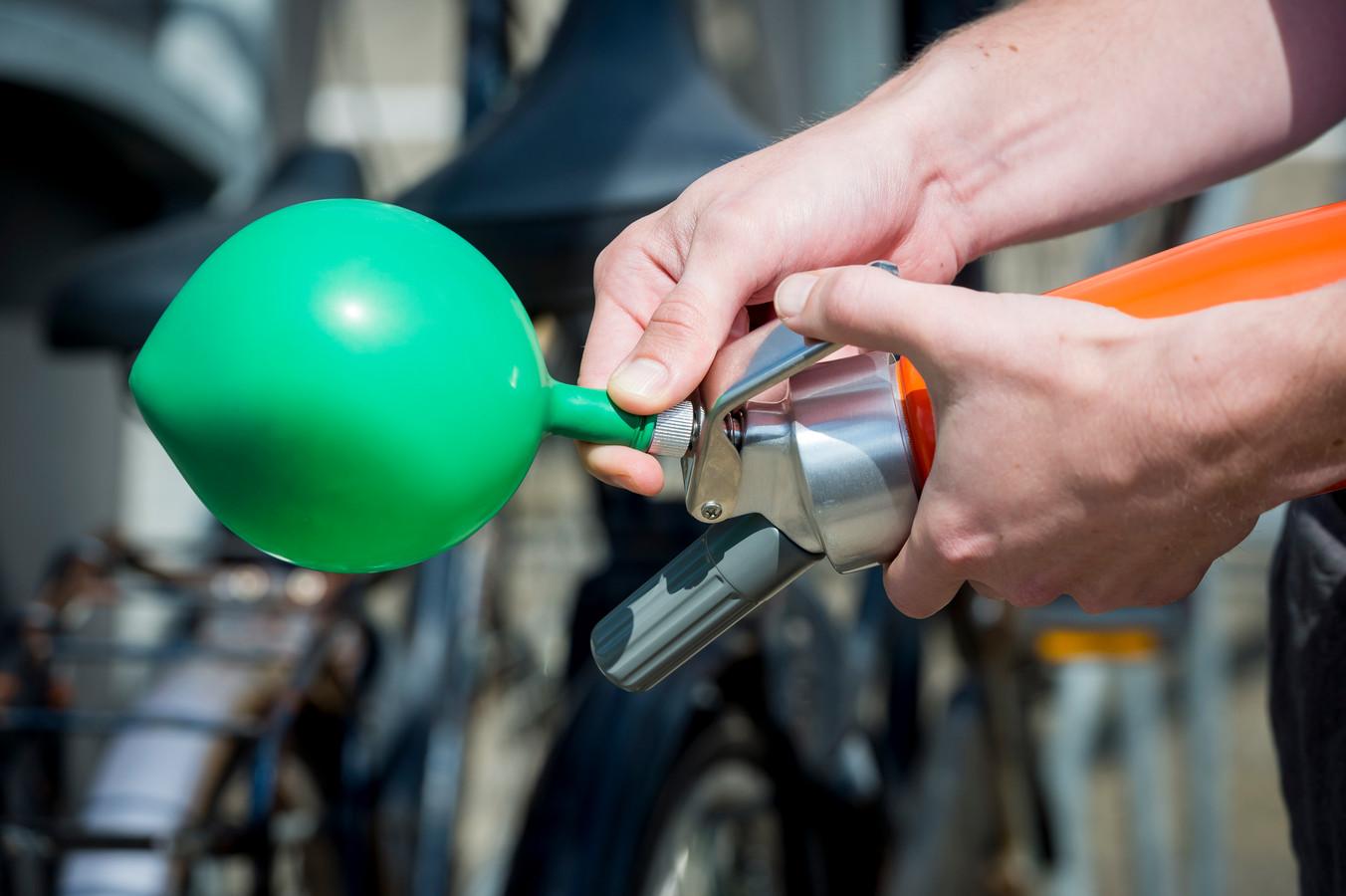 Lachgas inademen via een ballonnetje is populair tijdens het uitgaan.