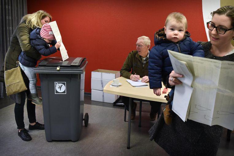 Kiezers brengen hun stem uit. Beeld Marcel van den Bergh / de Volkskrant