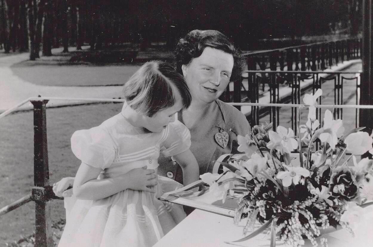 Koningin Juliana met Prinses Christina bij Paleis Soestdijk, 1954.