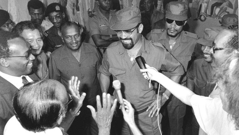 Legerleider Desi Bouterse in 1987, vijf jaar na de Decembermoorden, tijdens een ontmoeting met de leiders van politieke partijen. Beeld ANP