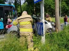 Bestuurster wijkt uit voor fietser maar knalt tegen boom in Wageningen