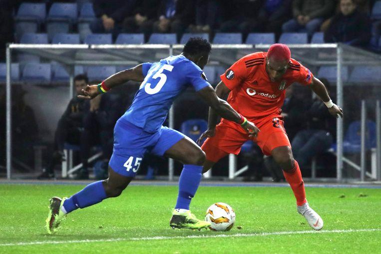 Ryan Babel, hier in duel met Joseph Aidoo in de Europa League-wedstrijd tegen Racing Genk.