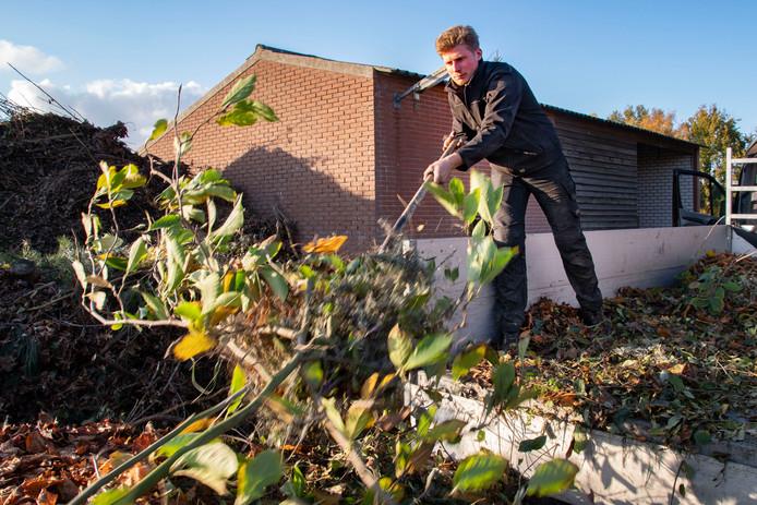 Cas van Dijck van hoveniersbedrijf Van Dijck Werken in Haghorst bij zijn schuur. De jonge ondernemer wil graag verhuizen naar een grotere bedrijfslocatie maar moet lang wachten op medewerking van de gemeente.