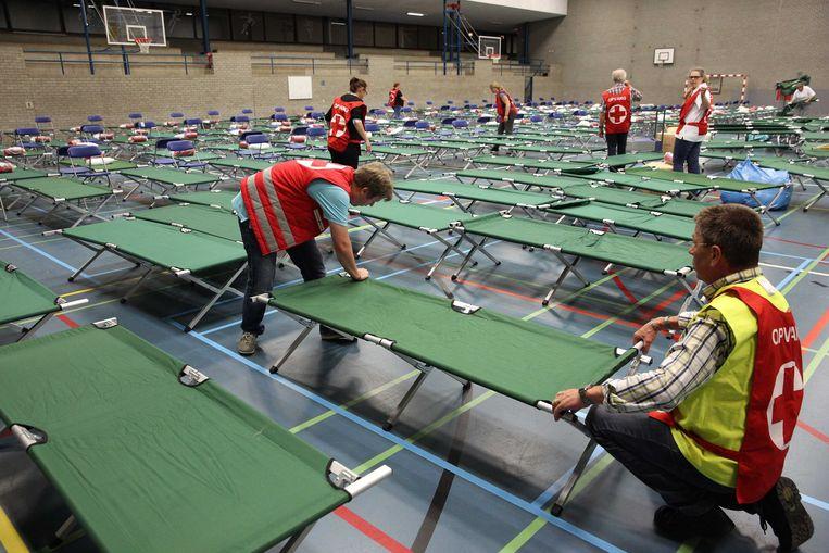 Bedden in de sporthal van de Erasmus Universiteit in Rotterdam. Beeld anp
