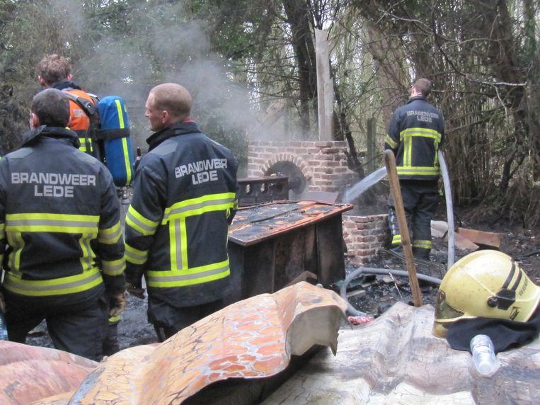 Alleen de gemetste schoorsteen werd niet door de vlammen verteerd.