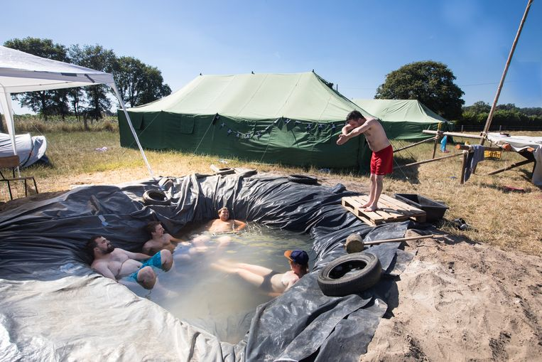 Warmste kampplaats. De hoogste temperatuur is gemeten ik Hechtel en daar is KSA Arbeid Adelt van het West-Vlaamse Gullegem op kamp.  De kookploeg neemt even pauze in het zwembad