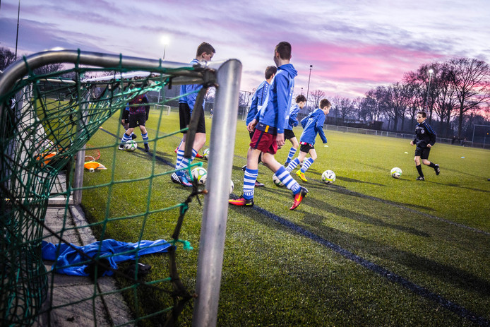 De jeugdtraining bij voetbalvereniging V.V. Bladella