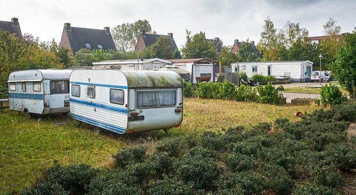 Lege caravans, als protest, op afgesloten woonwagenplekken in de Heesche wijk De Hoef.