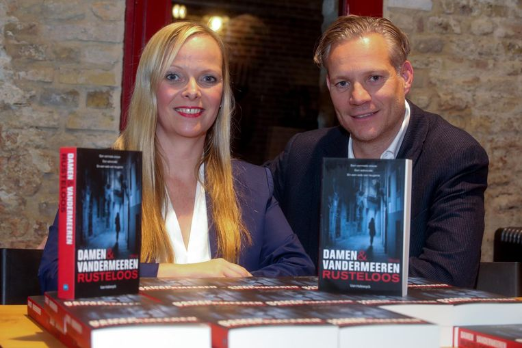 Hilde Vandermeeren en Walter Damen met hun boek 'Rusteloos'.