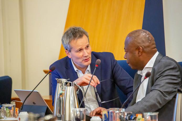 Wethouders Evert Weys (l.) en Andrew Harijgens tijdens de tumultueuze raadsvergadering van vorige week donderdag.