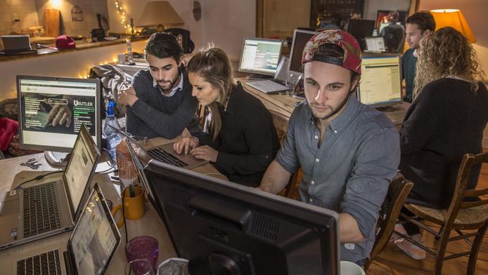 Laurens de Preud'homme (links) en zijn zus Stephanie en vriend Diderick de Roy zitten achter uButler.