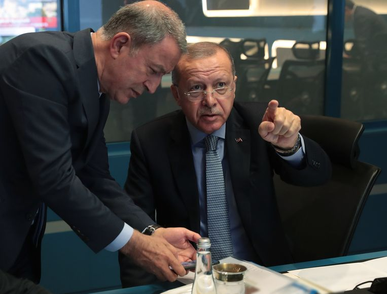 """De Turkse president Recep Tayyip Erdogan heeft er vandaag mee gedreigd """"de poorten open te zetten"""" voor de Syrische migranten in zijn land om naar Europa te reizen. Hij reageert zo op de kritiek van de Europese Unie op de Turkse militaire invasie in het noordoosten van Syrië."""