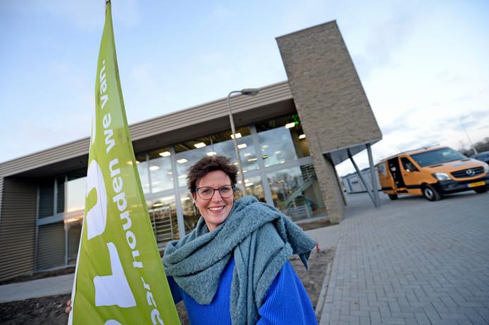 Daniëlle Tijhuis van supermarkt Plus voor de tijdelijke locatie.