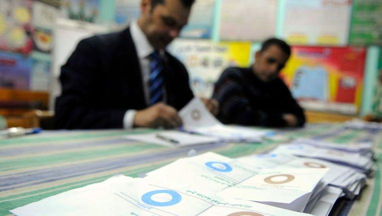 Het tellen van de stemmen in Egypte tijdens de laatste ronde van de verkiezingen op 15 december vorig jaar. Beeld REUTERS