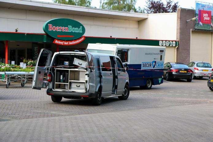 Politie-inzet bij de Boerenbond in Groesbeek waar een geldloper werd overvallen.