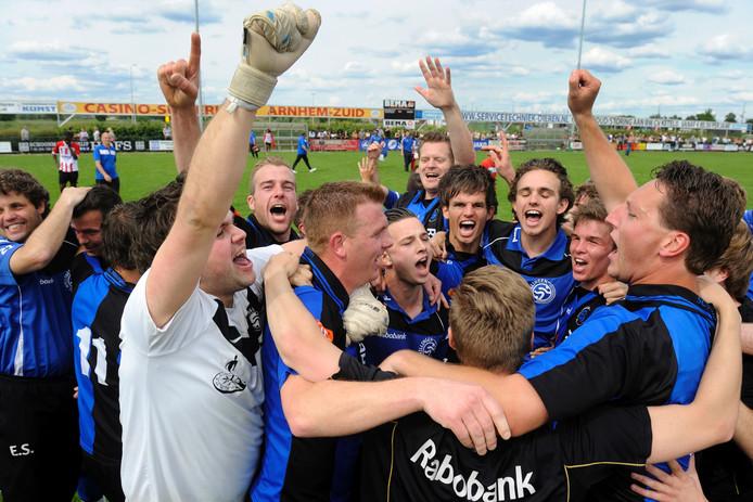 SC Millingen viert de promotie naar de derde klasse, in 2014.