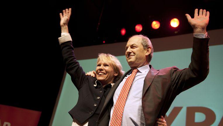 Lijstrekker Marleen Barth voor de Eerste Kamer en fractievoorzitter Job Cohen op het podium tijdens de verkiezingsavond van de PVDA in het Paard van Troje. Beeld anp