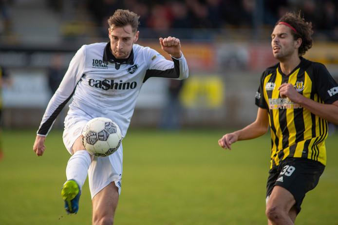 WSV (links Joren Waardenburg) en Columbia (rechts Dylan de Bruin) komen elkaar in november tegen voor de eerste Apeldoornse derby in de tweede klasse.