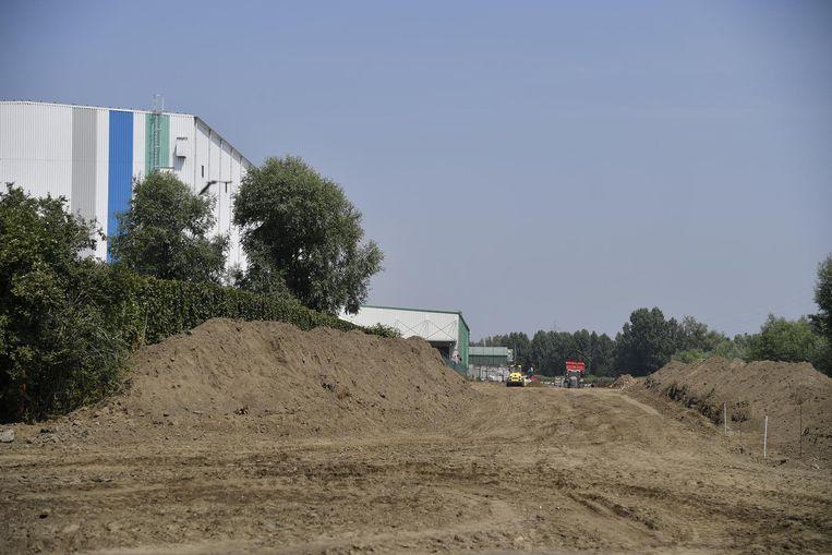 Een aannemer is begonnen met de uitgraving en afvoering van de vervuilde grond.