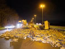Verkeersinfarct op snelwegen rond Arnhem nadat vrachtwagen op A50 lading stoeptegels verliest