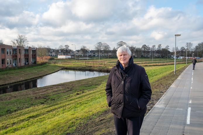 Hanneke Jurriëns, voorzitter van de cliëntenraad van de Hof van Blom in Hattem laat weten dat de bewoners van de aanleunwoningen aan de Hof van Blom zich zorgen maken over de bouwplannen voor zorgappartementen en scholen op het IJsbaanterrein (achtergrond).