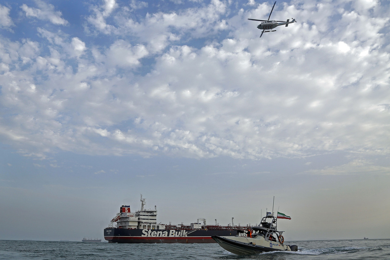 De Iraanse Revolutionaire Garde patrouilleert boven de Britse olietanker Stena Impero in de Straat van Hormuz, juli 2019. Beeld AFP