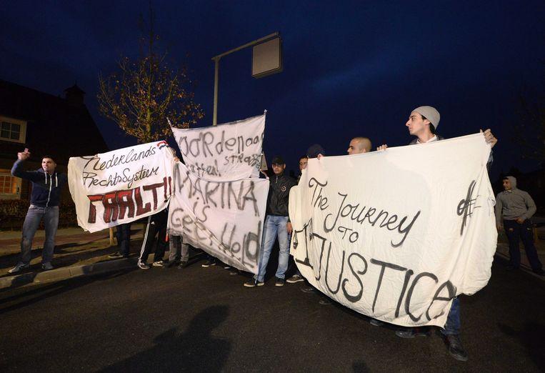 Een groep van zo'n 20 betogers kwam eind maart in het Nederlandse Deurne betogen tegen het juwelierskoppel.
