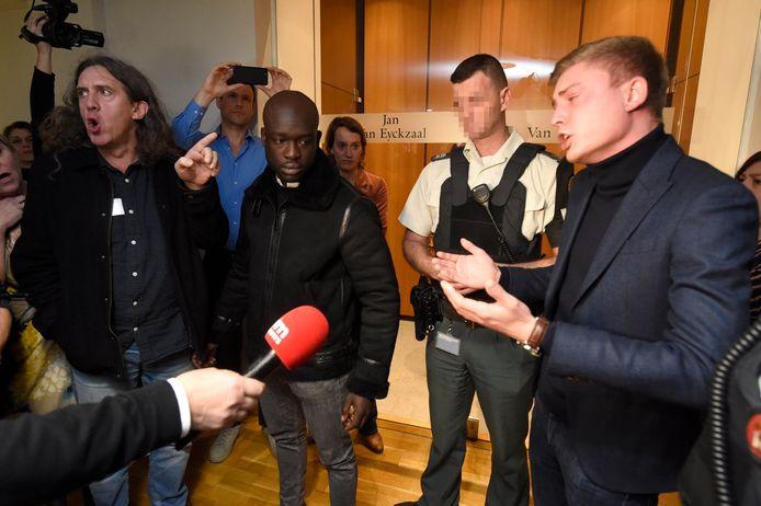Confrontation verbale entre une délégation de manifestants et le député Filip Brusselmans (Vlaams Belang)