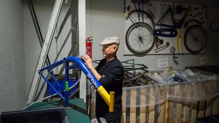 Medewerker Melvin repareert een ov-fiets. 'Ik ging nooit met plezier naar mijn werk; hier kom ik graag' Beeld Mats van Soolingen