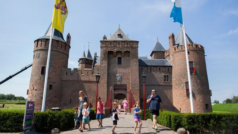 Het Muiderslot wordt in promotiemateriaal voor buitenlanders 'Amsterdam Castle Muiderslot' genoemd. Beeld null