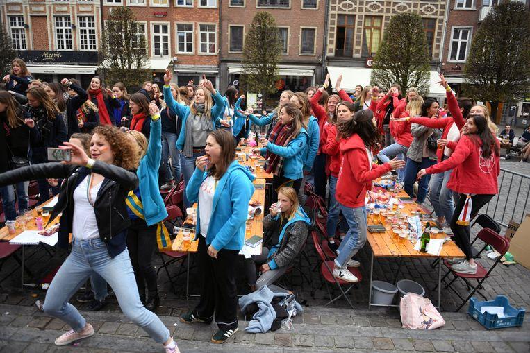 Openlucht vrouwencantus op de Oude Markt.