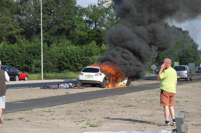 De auto stond in lichterlaaie.