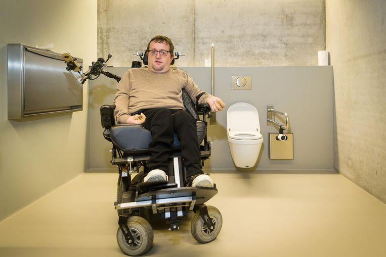 """Eddy Herrebout in de (voorlopig enige) toiletten op verdieping -2. """"Het toilet is zo groot als balzaal, maar je moet het wel vinden."""""""