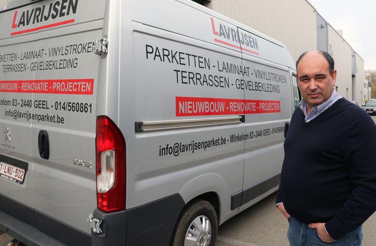 Geert Lavrijsen bij een van zijn bestelwagens.