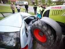 Bestuurster in Alphen ziet tractor met aanhanger over het hoofd door laagstaande zon