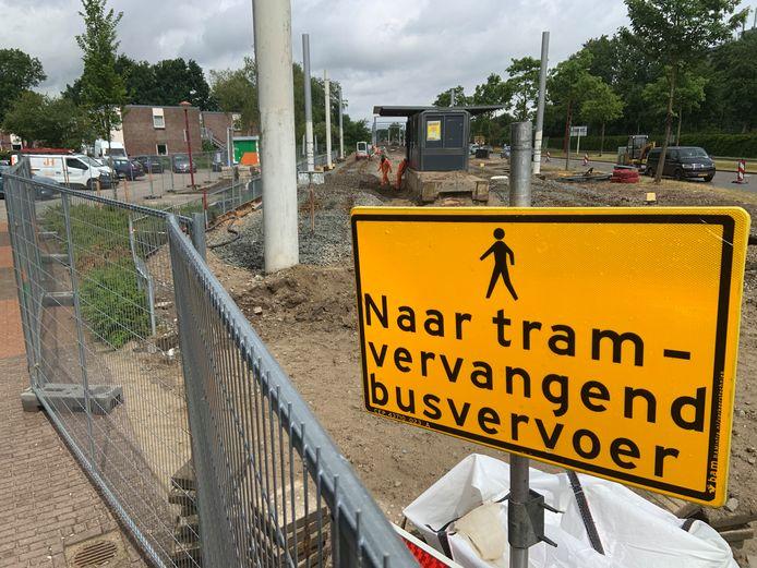 Terwijl op de achtergrond de tramhalte Hoog Zandveld in Nieuwegein in hoog tempo wordt gesloopt, verwijst een bord reizigers naar vervangend busvervoer.