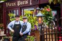 De culinaire avonturiers Piet van Lieshout (l) en Theo Leonards bij Vieux Paris  op  het Velperplein.