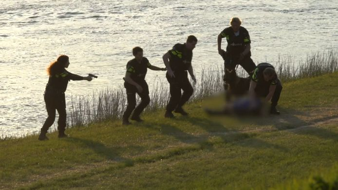 De politie benaderde de man met getrokken wapen.