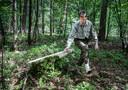 Bioloog Arnold van Vliet (Wageningen Universiteit) heeft een speciale app ontwikkeld waarmee je teken snel opspoort. Hier sleept hij een tekendoek over de bosgrond.