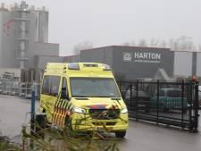 Werknemer vloerenfabriek in Zeewolde valt op betonnen bak en raakt gewond