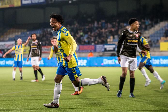 Irvingly van Eijma viert zijn treffer in het duel met FC Dordrecht in het seizoen 2016-2017.