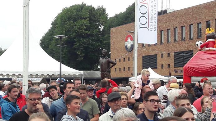 Standbeeld van icoon Van Roessel torent boven de fans uit.