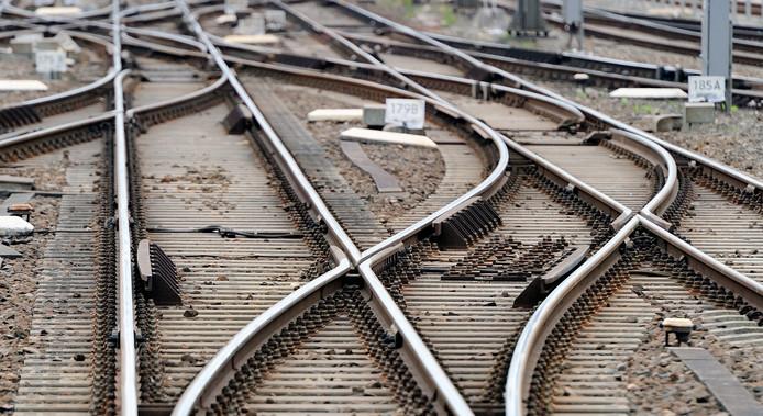 Van Veldhoven ziet de oplossing onder meer in een ring van negen steden, Randstad, Breda, Eindhoven, Arnhem-Nijmegen en Zwolle, waar iedere tien minuten een intercity tussen moet rijden.