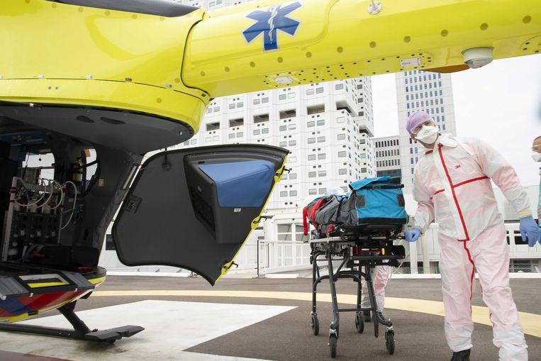 De corona-helikopter, een speciale traumahelikopter, is geland op het helikopterdek van het universitair ziekenhuis Erasmus MC.  Beeld ANP