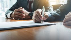 Waarom je je arbeidscontract best eens goed doorneemt voor je het ondertekent