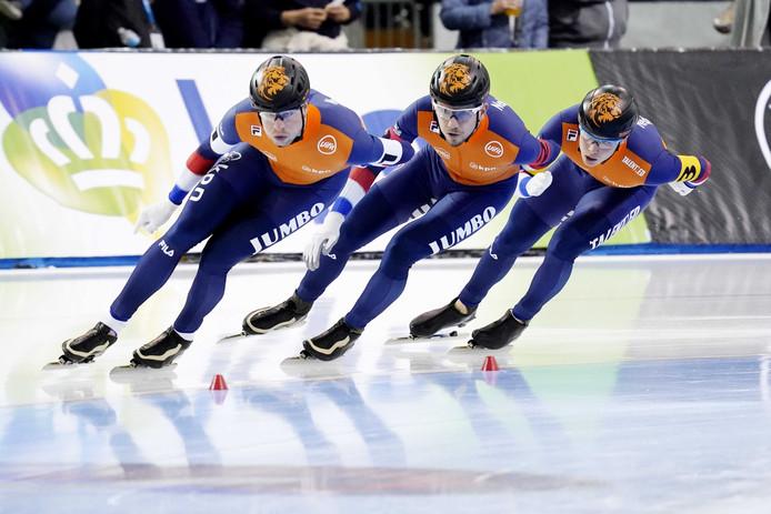 Sven Kramer, Douwe de Vries en Marcel Bosker tijdens de gouden rit op de ploegenachtervolging.