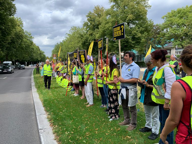 Een veertigtal actievoerders protesteren aan de ambassade van Iran.