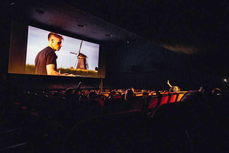 De handjes gaan de lucht in bij de eerste aflevering van 'Revere Series' in een bioscoopzaal van Pathé. Beeld Audio Obscura